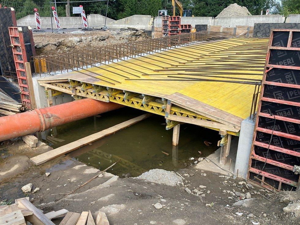 Stavba mostu v Předíně.