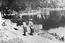 """Snímek """"starého"""" Bítova při napouštění Vranovské přehrady, který tak připomíná osud Portomarínu."""