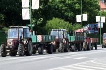 V Třebíči bylo možno ve středu potkat na silnicích desítky zemědělských strojů. Na bocích měla většina z nich připevněné nápisy, hlásající protest.