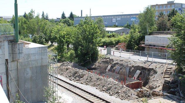 Ze stavby mostu nad tratí v Hrotovické ulici v Třebíči