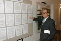 AUTOR A JEHO VÝSTAVA. Viktor Dvořák ukazuje dokumenty, které právě vystavuje v Moravských Budějovicích.