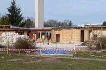 Budova bývalého Domu dětí a mládeže Třebíč na Hrádku se v těchto dnech bourá. Na jejím místě vznikne zatravněná plocha a zřejmě také zázemí pro organizátory, pořádající tam akce.