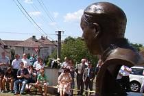 ODHALENÍ BUSTY. Mši za usmíření a odpuštění sloužil kanovník brněnské metropolitní kapituly Václav Slouk, postaral se také o odhalení a požehnání busty P. Václava Drboly, který byl před 62 lety nespravedlivě odsouzen a umučen.