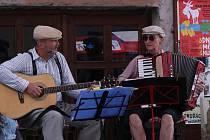 Oživené židovské město v Třebíči, to je tradiční letní kulturní akce. Uličky Zámostí o tomto víkendu plní návštěvníci, kteří si program moc užívají, i když občas přijde přeháňka. Foto: Deník/Karolína Jakubcová