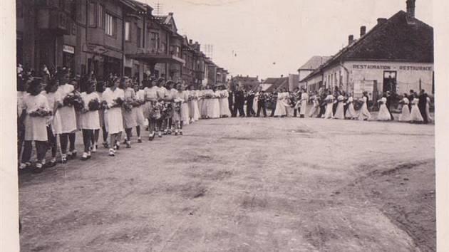 Na černobílém snímku ze srpna 1944 je velmi početný pohřební průvod. Dva chlapci totiž tehdy utonuli v rybníce Pilný.
