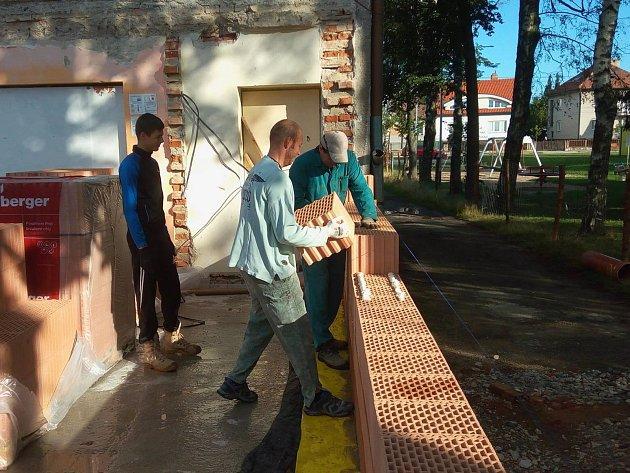 Takto se brigádničilo na stavbě nového kulturního domu.