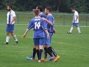 Fotbalisté Náměště-Vícenic (v modrém) do přestávky zahazovali šance a proti Novým Syrovicím se začali prosazovat až po změně stran.
