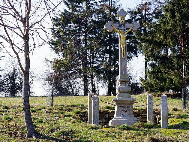 Kamenný kříž na kopci zvaném František je nyní díky knihovnici Olze Novákové nově opravený.