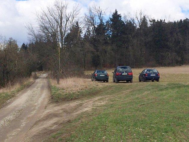Auta parkující u lesa po rozhlednou na Pekelném kopci.
