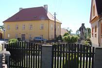 STĚHOVÁNÍ SVĚTCE. Ještě během léta by se měla památkově chráněná socha sv. Jana Nepomuckého v Dalešicích přesunout zpoza plotu předzahrádky rodinného domu blíže k silnici, na obecní pozemek. Majitel stávajícího místa s tím však nesouhlasí.
