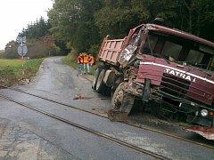 Ke srážce osobního vlaku s nákladním automobilem došlo v pátek krátce po jedné hodině odpoledne na železničním přejezdu mezi Studencem a Pozďatínem.