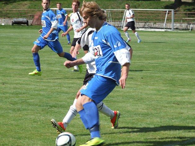Jediná branka rozhodla podzimní zápas mezi Moravskými Budějovicemi (v modrém) a Chotěboří. Nyní se oba soupeři utkají na Havlíčkobrodsku. Bude to opět o jediném gólu?