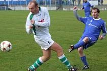 Okříšský veterán Jaroslav Jůza (vpravo) i jaroměřický záložník Michal Křivánek pomáhají svým týmům stabilními výkony a jinak tomu nebylo ani v derby 16. kola krajského přeboru.