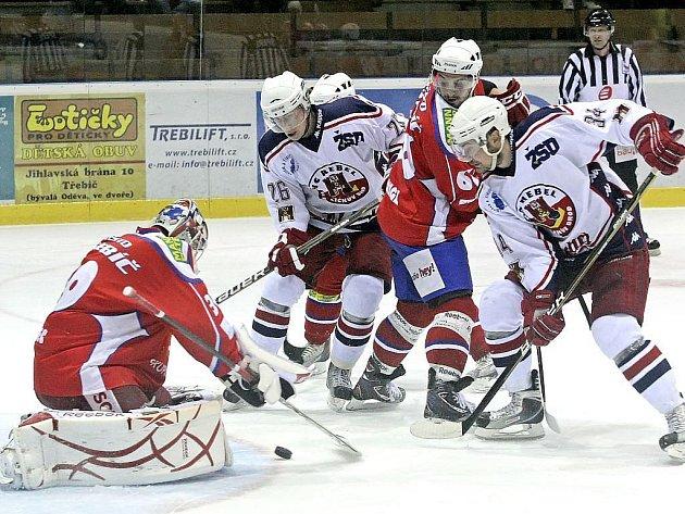 Hokejisté Třebíče porazili v derby havlíčkobrodské Rebely 6:4 a poprvé se radují z tříbodového zisku.