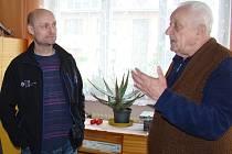 Nájemník Jaroslav Kučera (vpravo) poukazuje na vady v bytě, ve kterém žije padesát let. Vedle něj stojí zástupce nájemníků Roman Jánský.