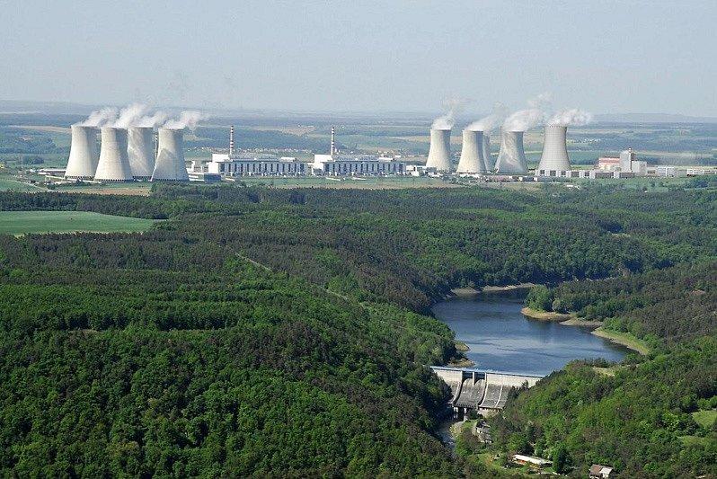 Tak by vypadala dukovanská jaderná elektrárna s novým pátým blokem. Na fotomontáži je vpravo, včetně chladicí věže.