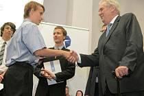 Nejlepší studenti školy převzali od prezidenta vysvědčení.