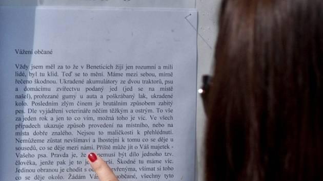V Beneticích řádí neznámý pachatel. Místní lidé si mohou přečíst varovné upozornění.