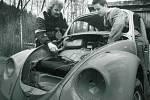Jan Benda se stal rekordmanem v rychlosti rozebrat a znovu sestavit osobní automobil.