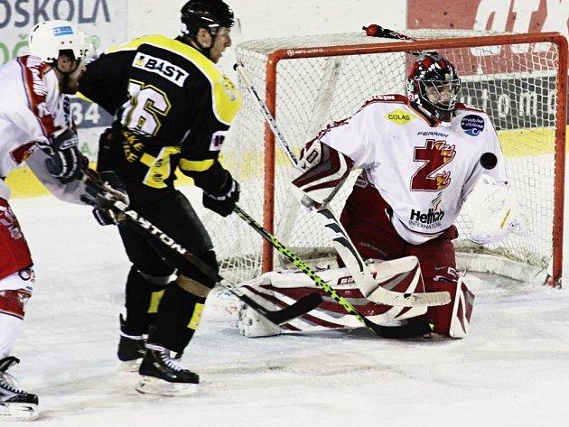 Celkem pětkrát překonali žďárského brankáře hokejisté Moravských Budějovic (v černém).