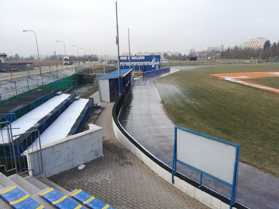 Po obvodu baseballového stadionu Na Hvězdě v Třebíči vrcholí přípravy ojedinělé 416 metrů dlouhé ledové dráhy. Zabruslit si sem můžete přijít už tento pátek a otevřeno bude každý den od 9 do 18 hodin.