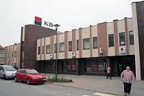Budova, ve které sídlí banka, realitní kancelář či exekutorská firma, je na prodej za 19,5 milionů korun.
