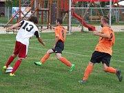 Smrk (v oranžovém) vzdoroval favorizovaným Třebelovicím (na snímku) půl hodiny, pak se začal prosazovat účastník okresního přeboru.