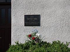 Pamětní desky na jednom z domů v Boňově připomíná památku Františka Durdy, popraveného fašisty za pomoc parašutistům.