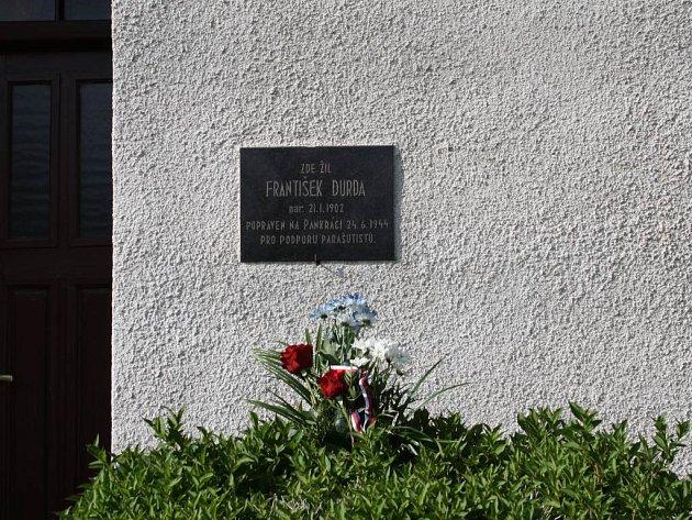 Pamětní desky na jednom zdomů vBoňově připomíná památku Františka Durdy, popraveného fašisty za pomoc parašutistům.