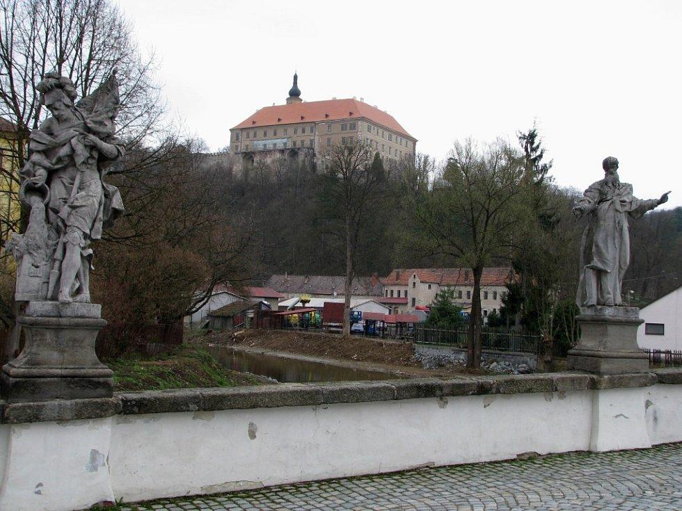 Most a zámek v Náměšti nad Oslavou.
