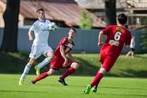 Fotbalisté Okříšek (v bílém) se v sobotním přípravném utkání rozešli se Slavojem Polná bezbrankovým výsledkem.