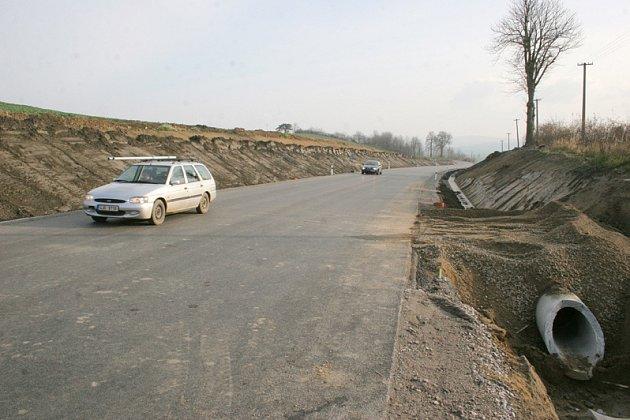 Nově opravený úsek silnice mezi Zašovicemi a Okříškami