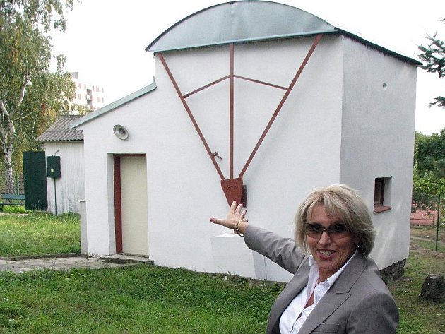 Ředitelka MěKS Hana Štěpničková ukazuje na místní poměry plně dostačující hvězdárnu. V roce 1957 ji založil třebíčský rodák,  astronom Zdeněk Kvíz.