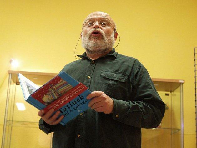 ARNOŠT GOLDFLAM. herec, režisér a autor divadelních her a knih pro děti zahájil autorské čtení v třebíčské knihovně.
