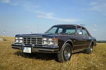 Chrysler Le Baron 1978. Záď vozu odhalí své kouzlo až po setmění.