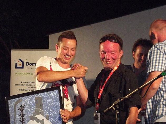 Oslavit první narozeniny Kavárny Pohodička přišel i zpěvák Petr Bende.