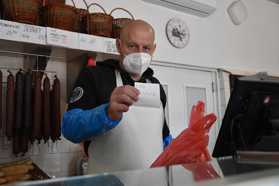 Soutěž jedlíků se uskutečnila ve středu dopoledne u třebíčského řeznictví a uzenářství Ráček.