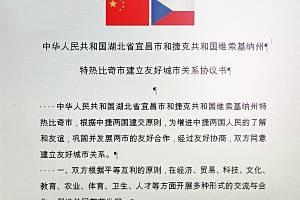 Smlouva o spolupráci mezi městy Třebíč a Yichang v čínštině.