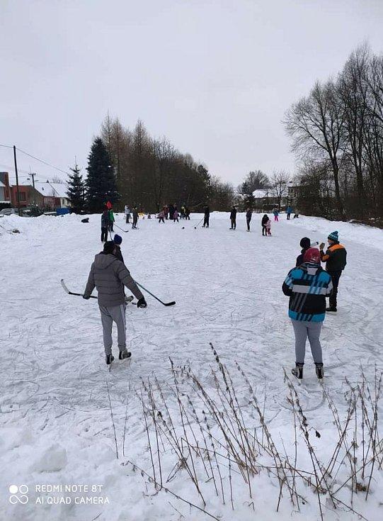 Venku mrzne. Na rybnících se bruslí. Pošlete nám své fotografie
