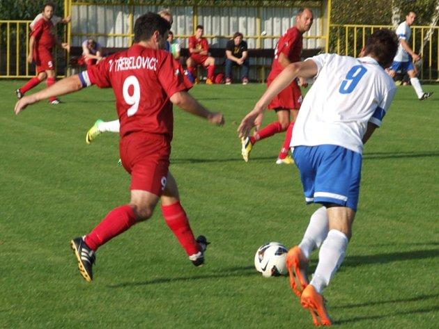 Fotbalisté Nových Syrovic (v bílém) dokázali vysoko zvítězit na půdě rivala z Třebelovic a posunuli se do čela tabulky okresního přeboruli