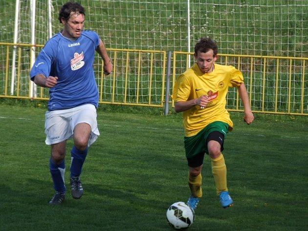 Předposlední Březník (v modrém Jaroslav Franěk) po výhře Šebkovicích odskočil poslednímu týmu tabulky na rozdíl pěti bodů.
