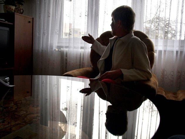 Obyvatelka domu ve starší části Boroviny Hana Kloudová ukazuje, kde za jejími okny má vyrůst nový čtyřpodlažní dům. V přízemním bytě bydlí už 40 let. Mrzí ji zcela pasivní přístup městské samosprávy.
