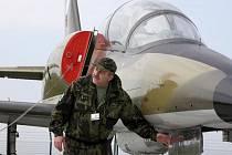 BUDOUCÍ EXPONÁT.  Oldřich Lokaj ukazuje další z letadel, které bude vystaveno. Jedná se o stroj L–39 Albatros.