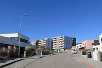 Výsadba se týká zejména okolí bytových domů v horní části ulice.