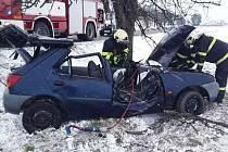 U Červené Hospody havarovala řidička s osobním autem, hasiči ji museli z vozu vyprostit za použití hydrauliky.