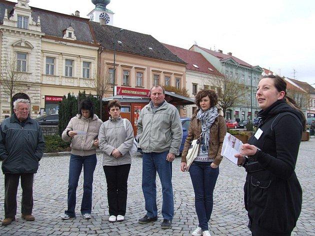 Studenti Hotelové školy Třebíč skládali v pátek praktické maturitní zkoušky ze čtyřletého studijního oboru Cestovní ruch přímo v ulicích města Třebíče.