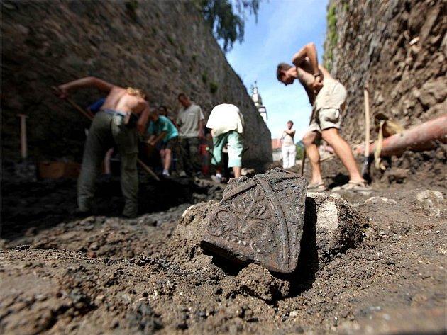 V Třebíči v těchto dnech pracuje archeologický tým na průzkumu historické stezky k bazilice svatého Prokopa. Odborníci pečlivě odkrývají vrstvy zeminy, kterou Valdštejnové kdysi zasypali kameninou stezku.