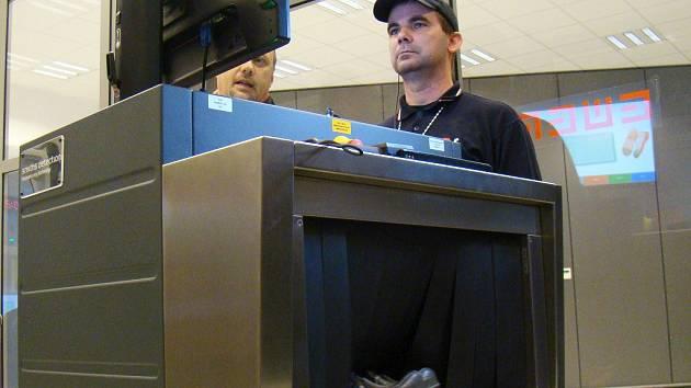 Rentgenový skener je dalším prostředkem, jak u člověka odhalit nebezpečné předměty, například nůž nebo žiletku.