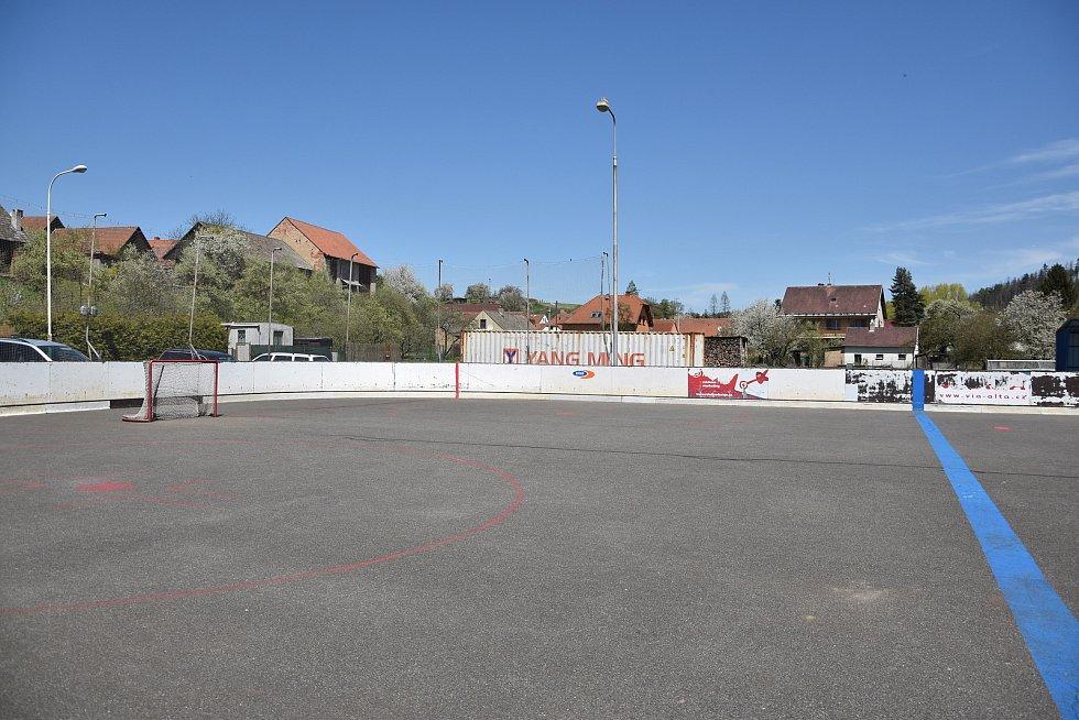 V obci se nachází i hokejbalové hřiště, které by se brzy mohlo dočkat rekonstrukce