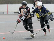 Přibyslavice (vlevo) v aktuálním osmém kole Moravské hokejbalové ligy doma padly s Hodonínem a připsaly si už pátou porážku v probíhajícím soutěžním ročníku. Slza zvítězila jen ve svém prvním zápase na půdě Třebíče.
